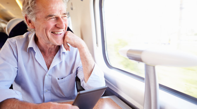 Senior leser ebok på togreise