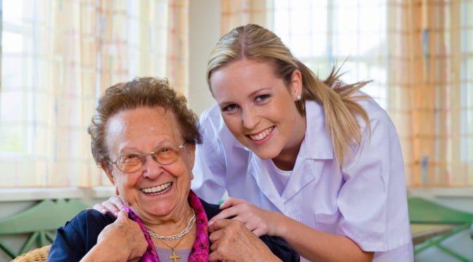 blid sykepleier og senior