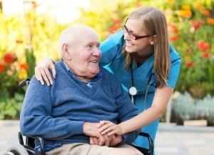 sykepleier og rullestolsenior