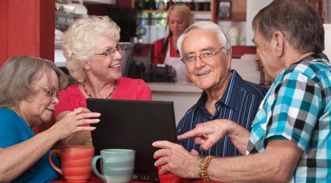 Seniorer jobber med pc